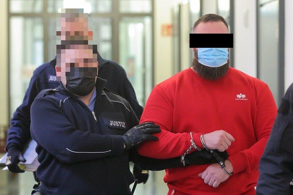 Ammar R. (28, r.), hier bei seiner Prozessvorführung im März 2021, sitzt seit Ende Januar in U-Haft. (Archivbild)