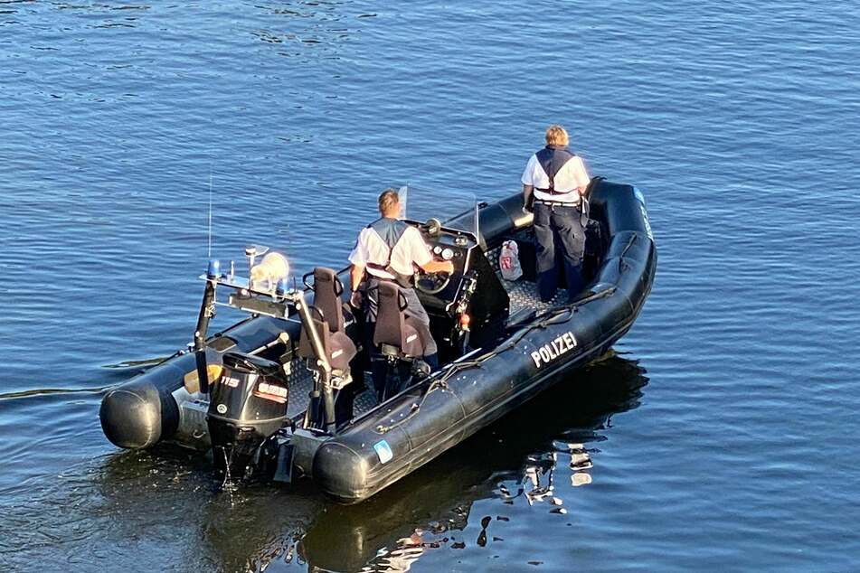 Die Polizei sucht mit Hilfe eines Boots nach der vermissten Person.