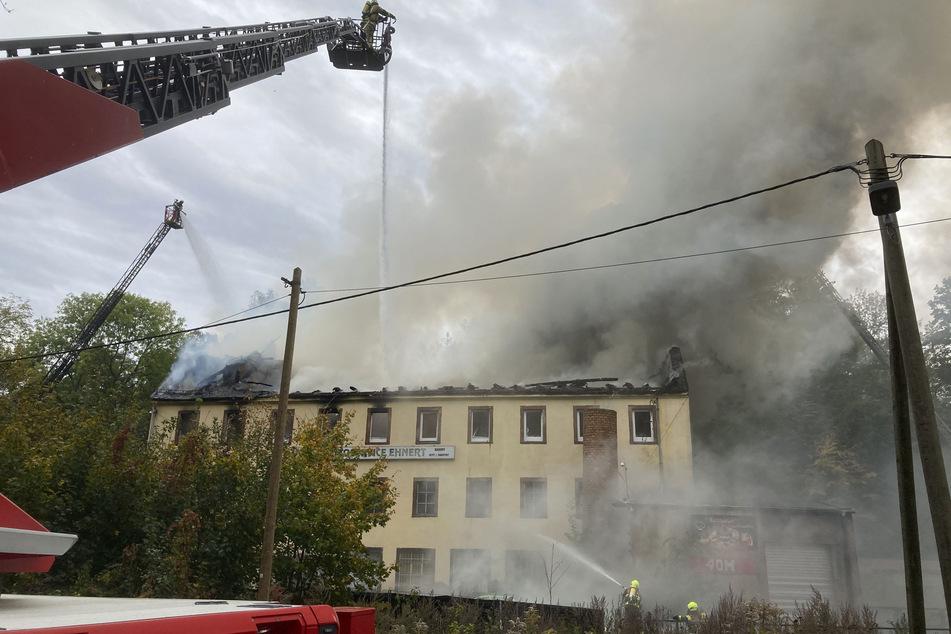 Wohn- und Geschäftshaus bei Chemnitz fackelt ab: Leiche in Brandwohnung gefunden
