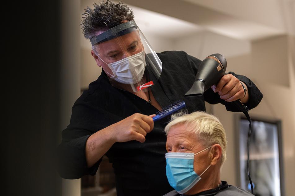 Ab diesem Montag dürfen Friseurbetriebe in NRW wieder öffnen.