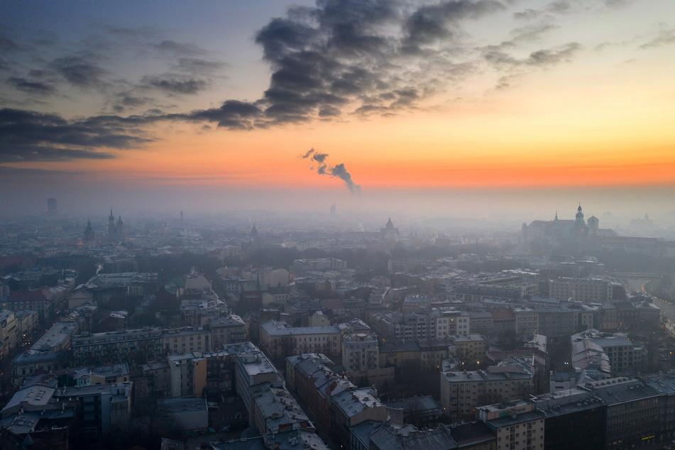 Smog ist über der Stadt Krakau zu sehen. Trotz der Ausgangsbeschränkungen aufgrund der Corona-Pandemie ist die Luftverschmutzung in Krakau immer noch relativ hoch.