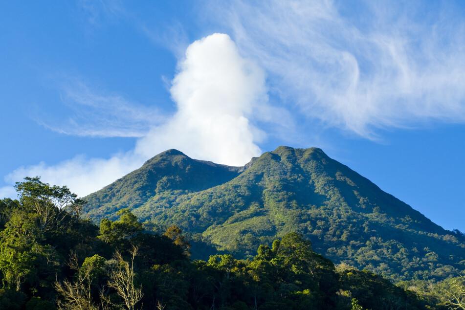 Der Fall ereignete sich auf der indonesischen Insel Sumatra. Im Hintergrund ist der Vulkan Sinabung zu sehen.