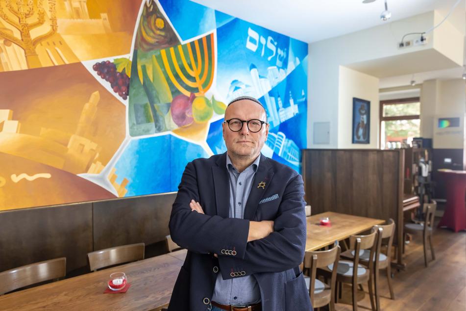 """Uwe Dziuballa (56) ist der Betreiber vom jüdischen Restaurant """"Schalom"""" und noch unschlüssig, was die 2G-Regelung angeht."""
