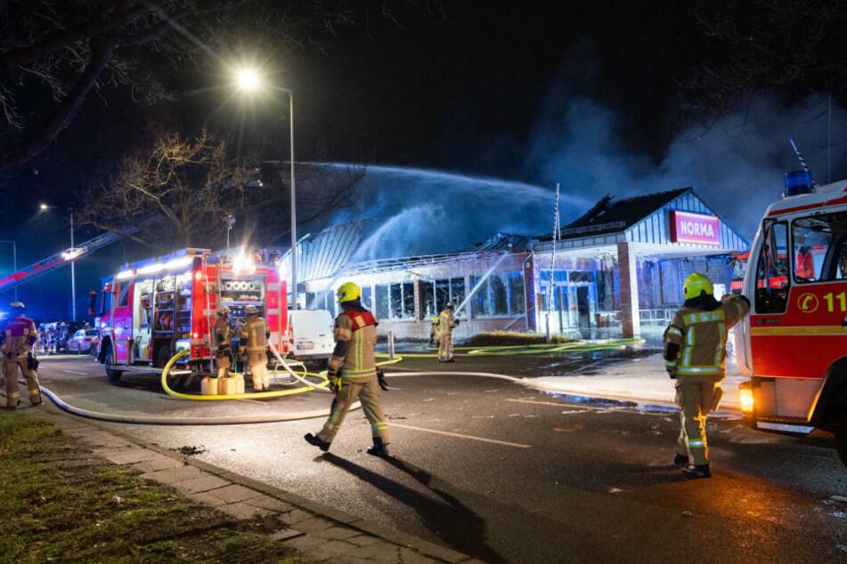 Die Einsatzkräfte konnten den Brand nur von Außen bekämpfen, da im Inneren des Supermarkts immer wieder Feuerwerkskörper explodierten.
