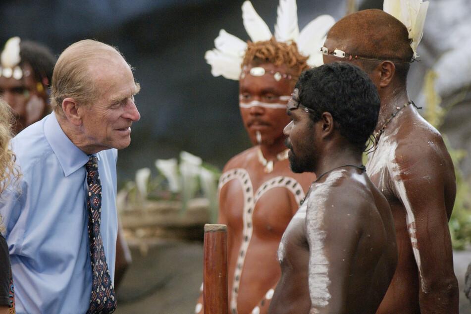 """Prinz Philip (†99) spricht mit Aborigines nach dem Besuch einer Show in Australien im Jahr 2002. Der Herzog soll sie gefragt haben: """"Bewerft ihr euch gegenseitig immer noch mit Speeren?"""". (Archivbild)"""