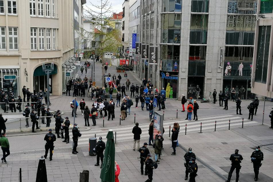 Querdenker versammeln sich trotz Verbot in Stuttgart.