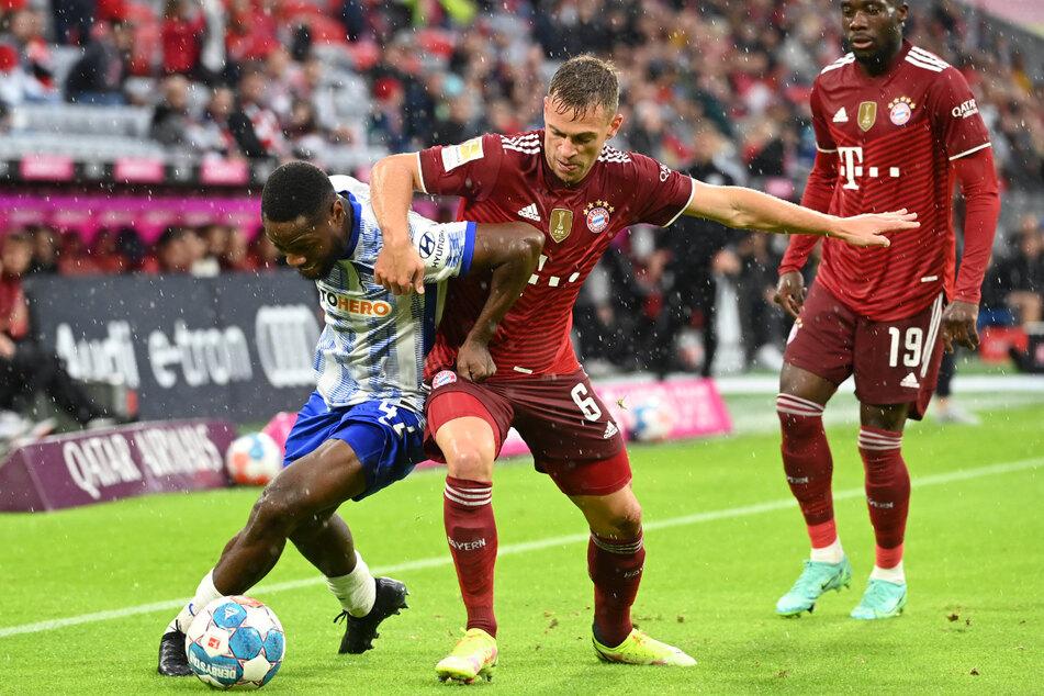 Herthas Deyovaisio Zeefuik (23) im Zweikampf mit Bayern Joshua Kimmich (26). Der Niederländer plagt sich mit Schmerzen im Leistenbereich herum.