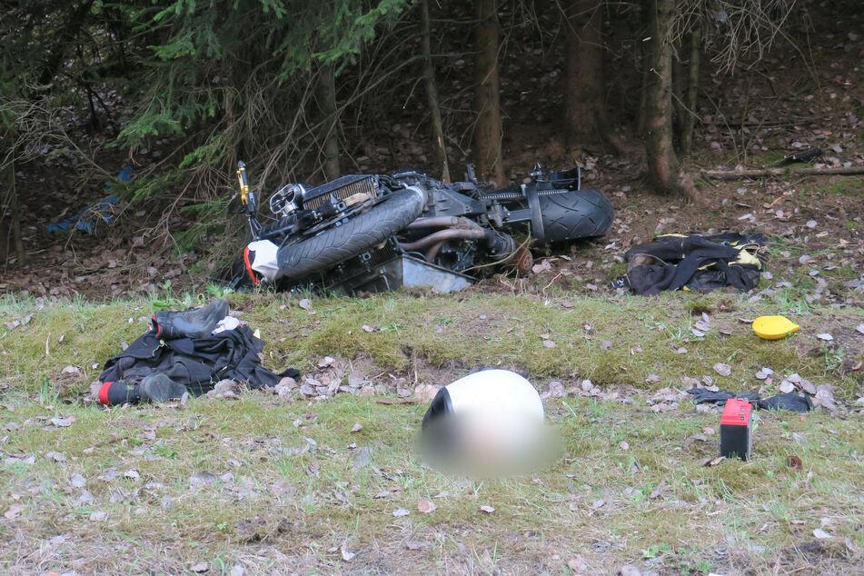 Ein Motorradfahrer kam am Montagnachmittag von der B283 ab und krachte in mehrere kleine Bäume.