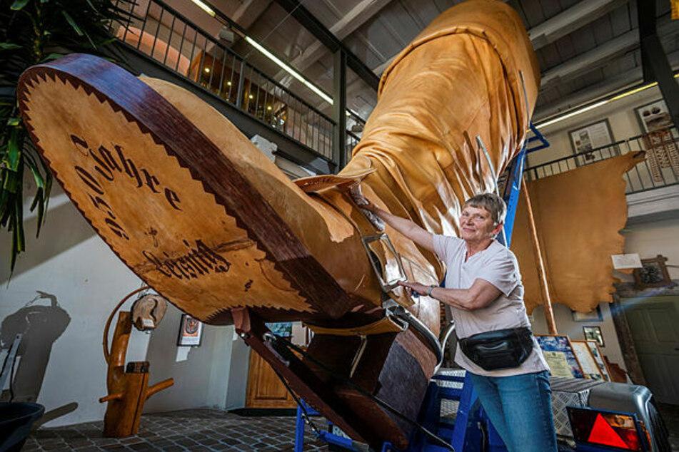Poliert den Stiefel regelmäßig auf Hochglanz: Bärbel Kidalla (61) im Leisniger Stiefelmuseum im Haus am Burglehn 9.
