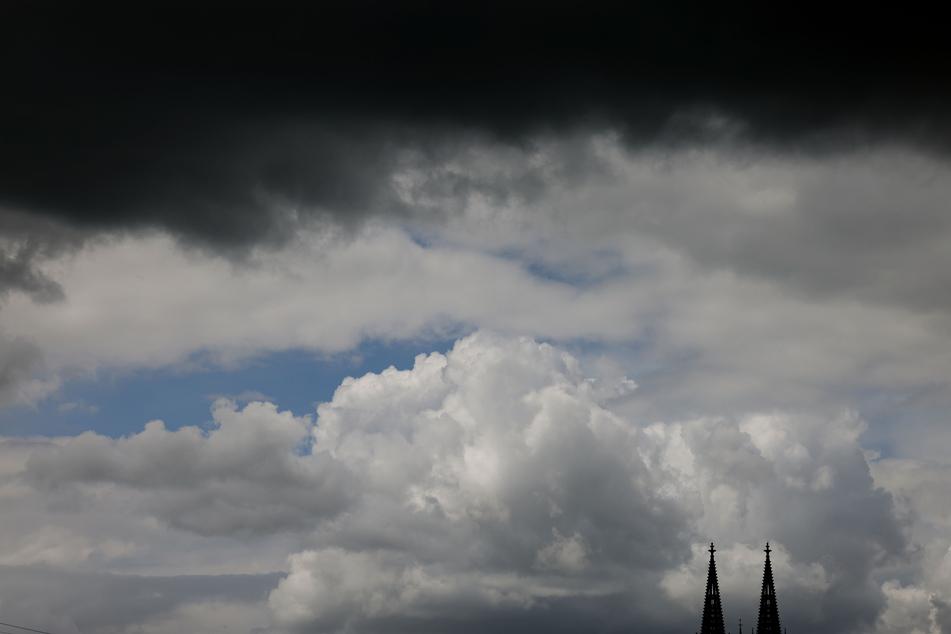 Am Wochenende ziehen in NRW dunkle Wolken auf: Der Deutsche Wetterdienst hat Regen und Gewitter angekündigt.