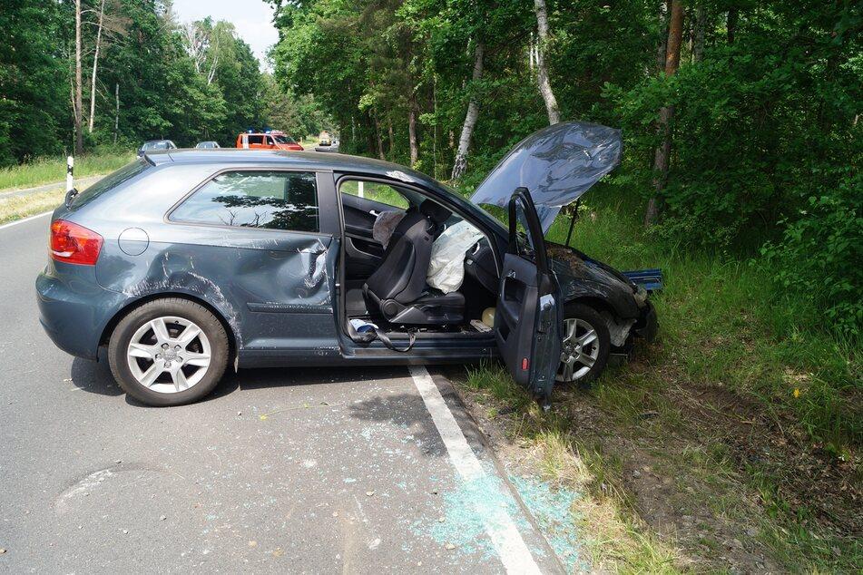 Am Fahrbahnrand kollidierte das Auto mit einer Wurzel und überschlug sich.