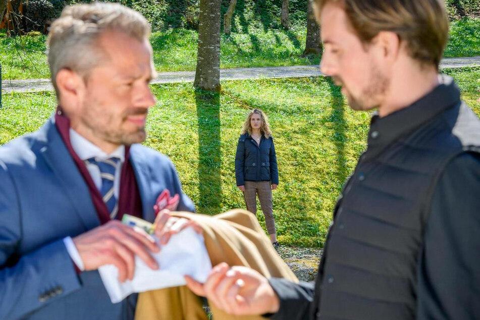 Maja beobachtet Hannes (Pablo Konrad, r.) und Erik (Sven Waasner). Was haben die beiden zu schaffen?