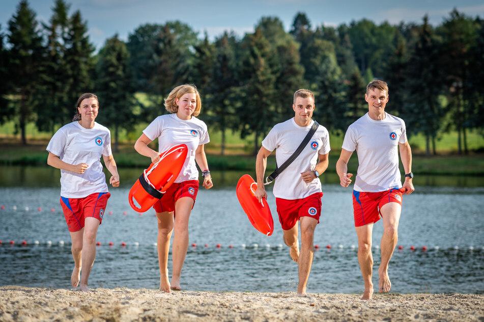 Julia Goedicke (34, v.l.), Brenda Fischer (17), Felix Heisel (26) und Jonas Stiller (32) von der DRK Wasserwacht Chemnitz sprinten über den Strand.