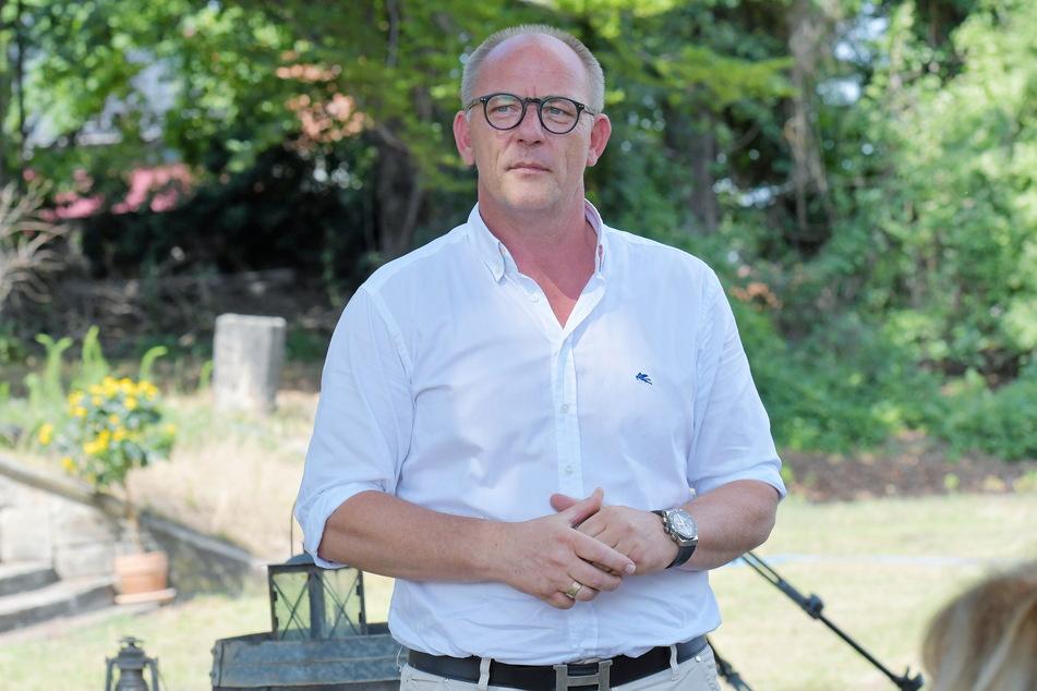 Schlossherr Olaf Maatz (54), Chef der Elbschloss Übigau GmbH, ist glücklich mit den Fortschritten in Übigau.