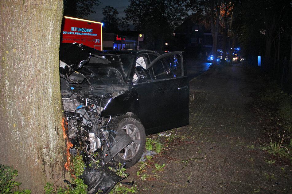 Das Auto prallte frontal gegen den Baum und musste abgeschleppt werden. Die beiden Frauen kamen in ein Krankenhaus.