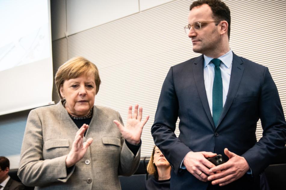 Bundeskanzlerin Angela Merkel (CDU), spricht mit Jens Spahn (CDU), Bundesminister für Gesundheit, vor Beginn der Sitzung der CDU/CSU Fraktionssitzung im Bundestag