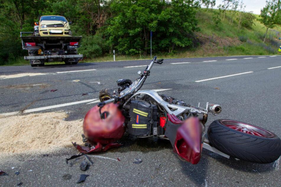 Schwerer Motorradunfall auf der B173 im Vogtland: Ein Motorradfahrer wurde dabei schwer verletzt.
