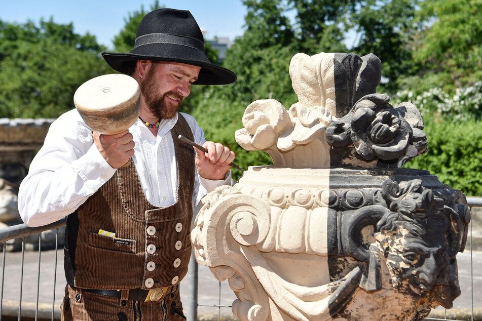 Steinmetz Martin Richter (39) werkelt an einer Schmuckvase im Zwinger. Auch die Zwingerbauhütte, verantwortlich für die fortlaufende Restaurierung und Instandhaltung der Anlage, öffnet am Sonntag ihre Türen.