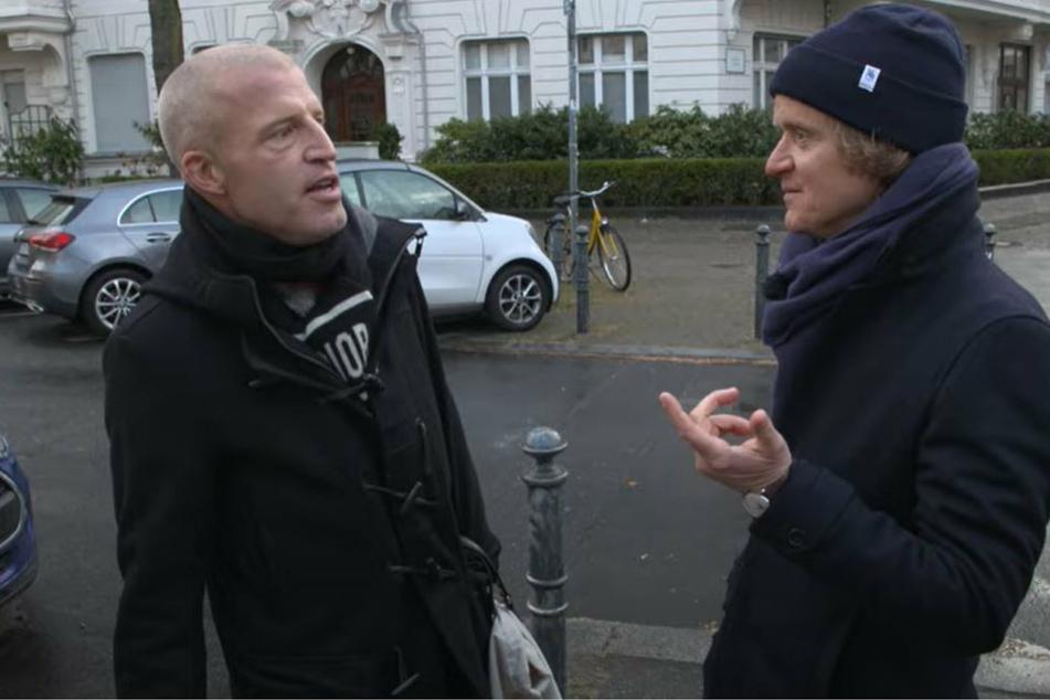 """Benjamin von Stuckrad-Barre (46, l.) im Gespräch mit Pierre M. Krause (44) in dem SWR-Format """"Kurzstrecke""""."""