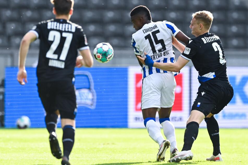 Umkämpftes Spiel in Berlin: Die Bielefelder Cedric Brunner (l.) und Bielefelds Amos Pieper (r.) versuchen Herthas Jhon Cordoba vom Ball zu trennen.