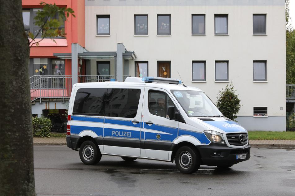 Ein Polizeifahrzeug steht vor der Kita in Leipzig-Paunsdorf. Zwei Mädchen wurden auf dem Weg dorthin von einem Kinderfänger attackiert.