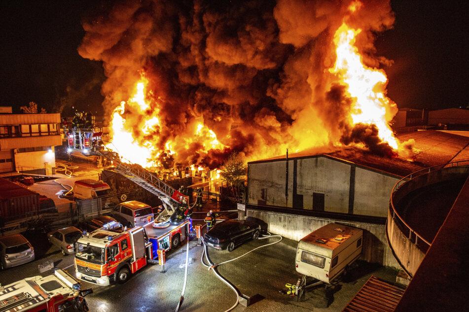 Die Lagerhalle samt Inhalt steht komplett in Flammen.