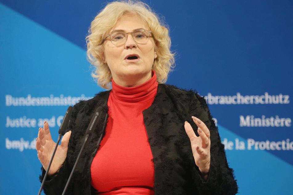 Christine Lambrecht (55, SPD), Bundesjustizministerin, gibt in ihrem Ministerium ein Statement zu Hasskriminalität und Rechtsextremismus ab.