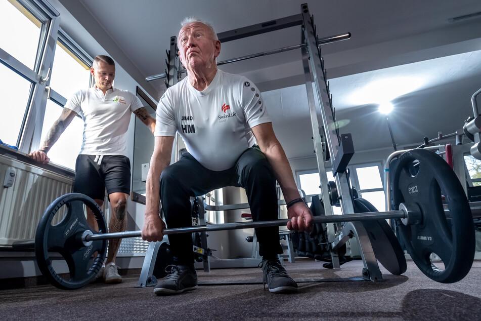 Unter Anleitung von Trainer Sebastian Hippe (32) erzielt Hans Malchau (69) Höchstleistungen im Kreuzheben.