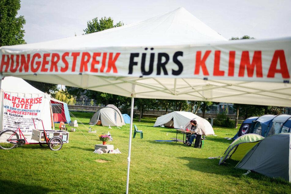 Eine Gruppe von jungen Klimaaktivisten ist am 30. August in der Nähe des Reichstagsgebäudes in einen unbefristeten Hungerstreik getreten.