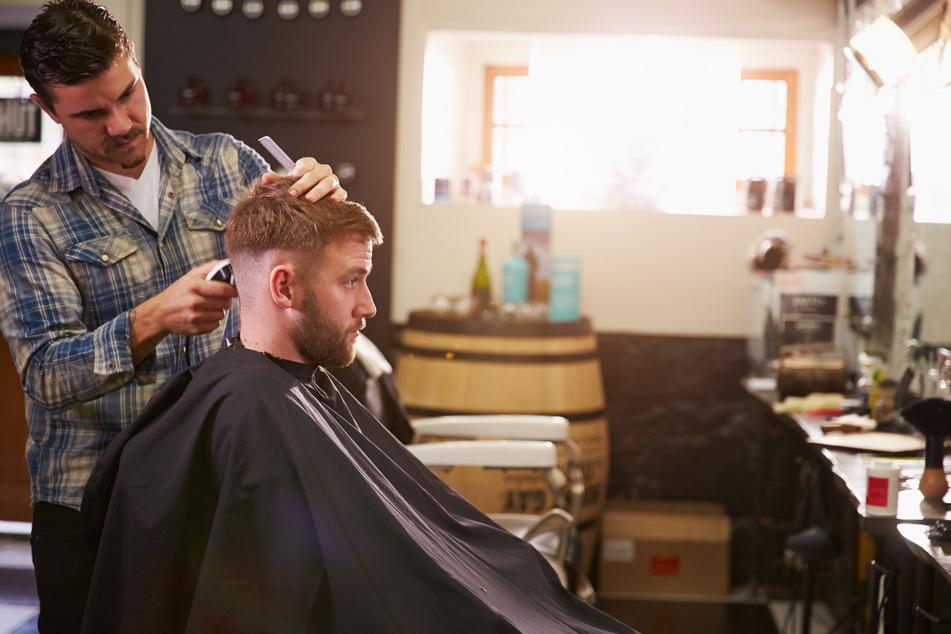 Angeblich hat ihr Freund nur nach neuer Inspiration für seinen nächsten Friseurbesuch geschaut. (Symbolbild)