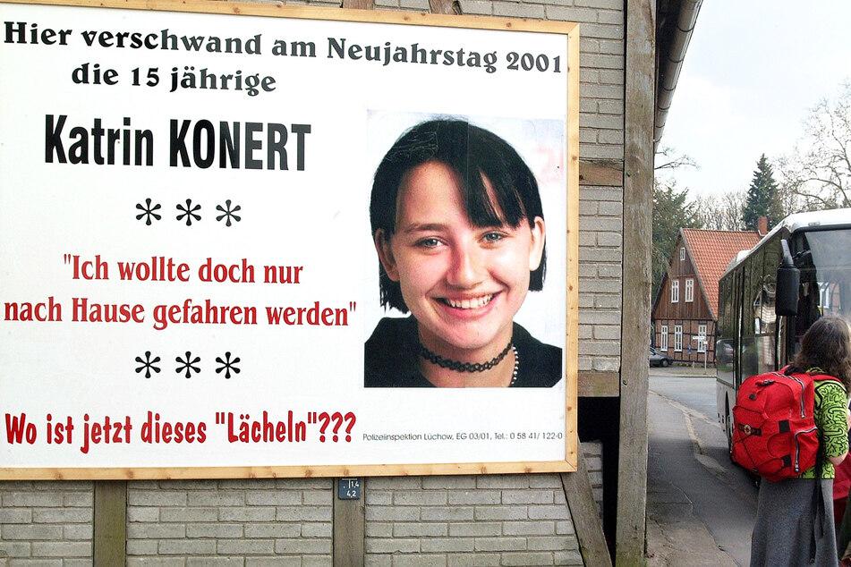Neben einem großen Plakat, mit dem die Polizei nach der Schülerin Katrin Konert aus dem Kreis Lüchow-Dannenberg sucht, warten Fahrgäste an einer Bushaltestelle. (Archivbild)