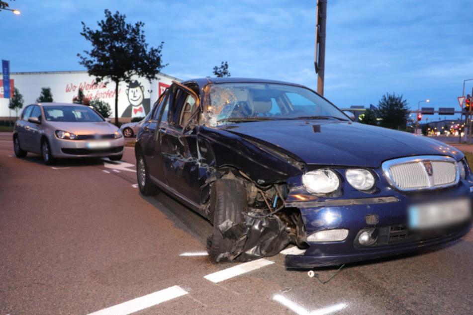 Der blaue Rover des geflohenen Unfallverursachers. Die rechte Seite des Wagens ist völlig kaputt. Hinter ihm der VW Golf, den er bei seinem Manöver rammte.