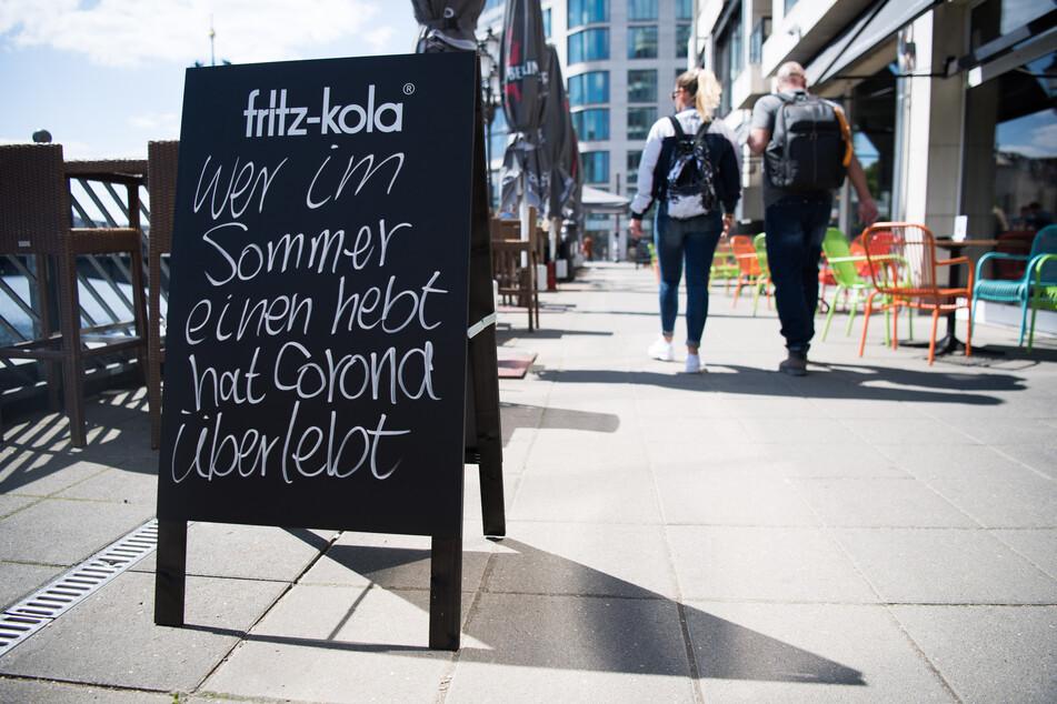 Ein Schild vor einem Berliner Lokal. Die Deutschen reisen während Corona eher mal in deutsche Städte. (Archivbild)
