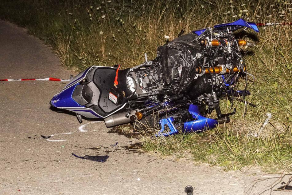 Das verunfallte Motorrad liegt auf der Straße.