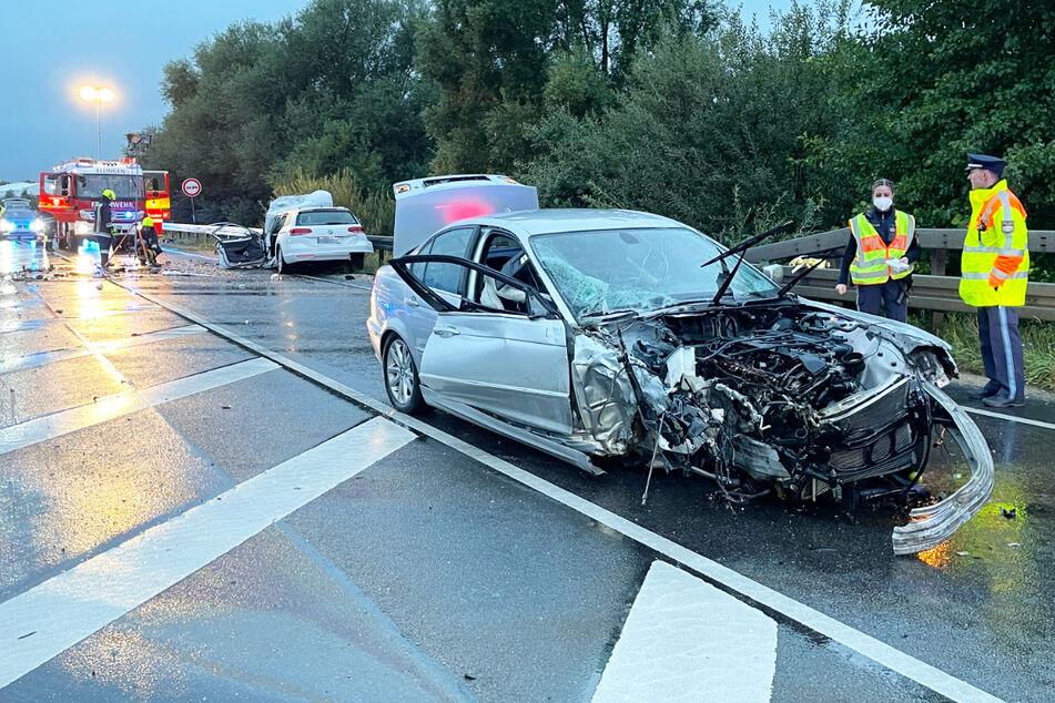 Sowohl der BMW als auch der VW wurden bei dem Zusammenstoß auf der B2 in Bayern völlig demoliert.