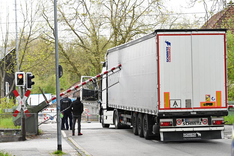 Dieser Lastwagen fuhr wohl bei Rotlicht über den Bahnübergang in Herne und sorgte dabei für enorme Schäden an den Schranken.