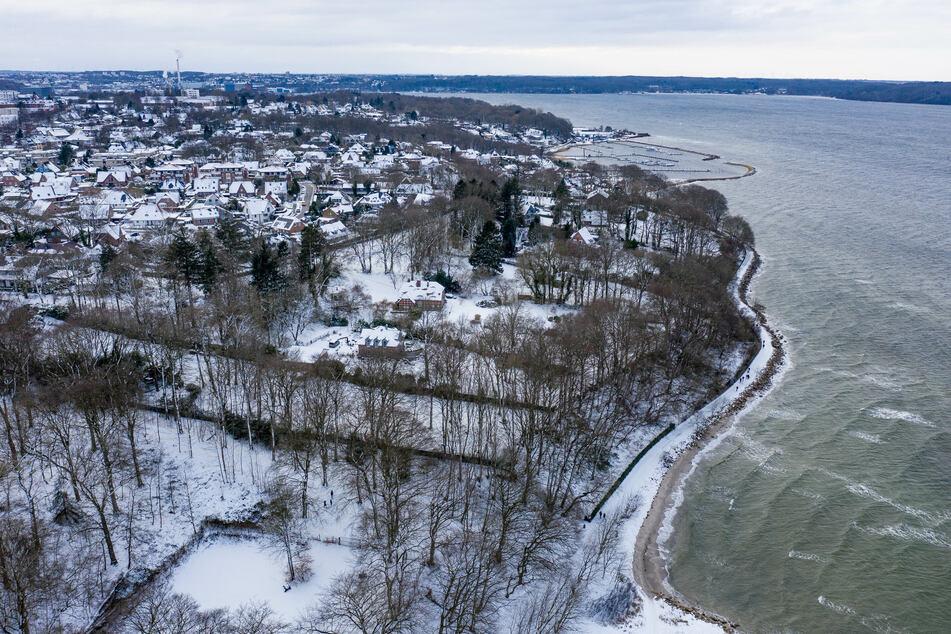 Schneeverwehungen haben Autofahren vor allem im nördlichen Schleswig-Holstein am Montagmorgen zu schaffen gemacht. (Symbolbild)