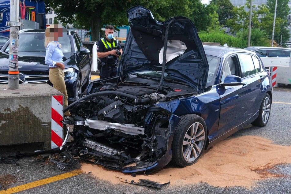 Die Spuren des Unfalls sind an dem Auto deutlich erkennbar.