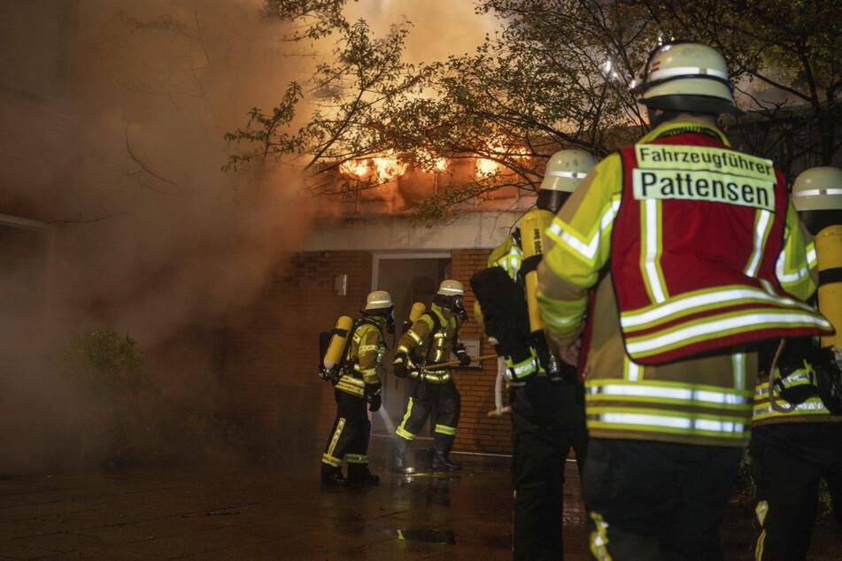 Flammen schlagen aus der brennenden Rettungswache in Winsen.