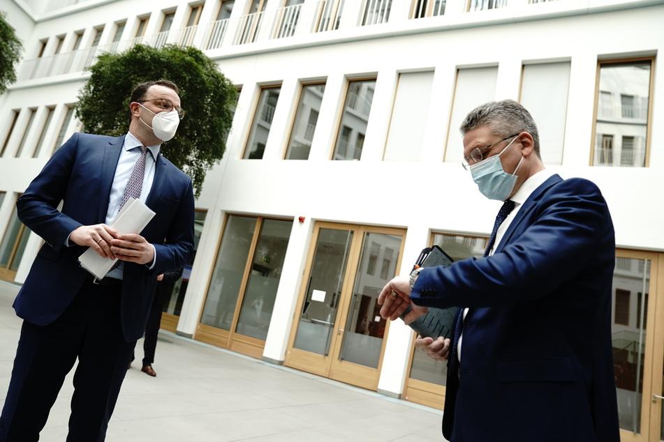 Spahn und Wieler (r.) kurz vor der Pressekonferenz am Freitag. Die Zeit läuft: Wieler befürchtet, dass die Infektionen heftig weiter ansteigen werden.