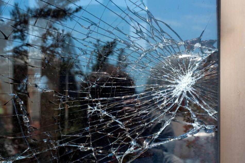 Mit Pflastersteinen wurde die Eingangstür des Büros der AfD in Saalfeld attackiert. (Symbolbild)
