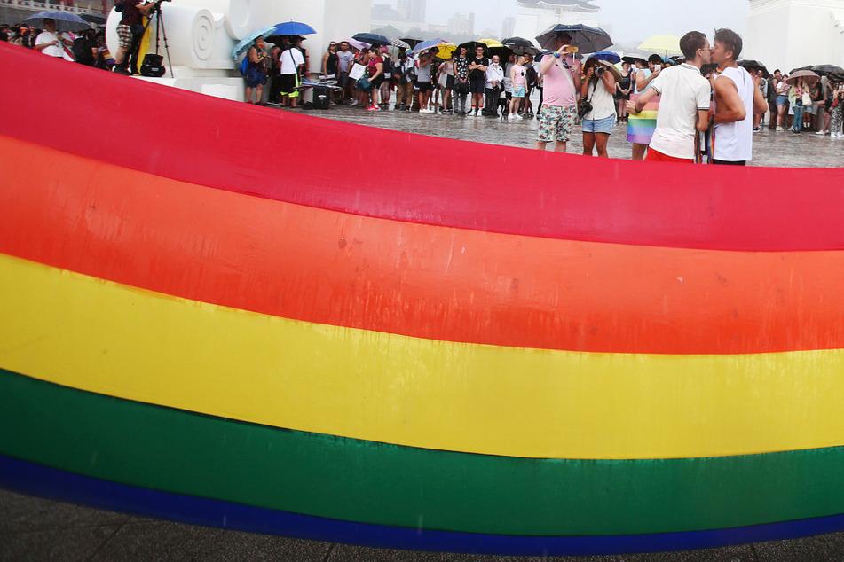 """Liebe ist Liebe: Männer küssen sich in Taipeh beim """"Taiwan Pride March for the World"""". (Archiv)"""