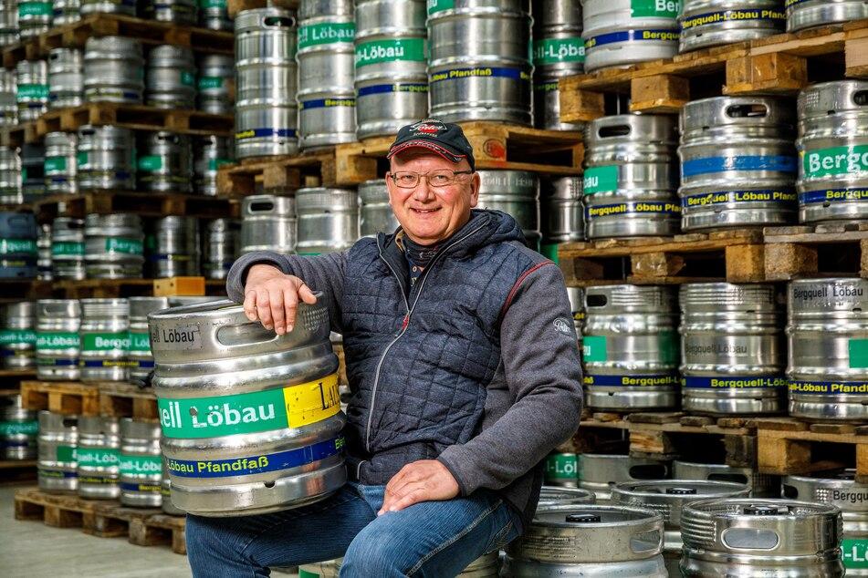 Steffen Dittmar (56) stellt aus dem nicht genutzten Bier der geschlossenen Gastronomien Bierbrand her.