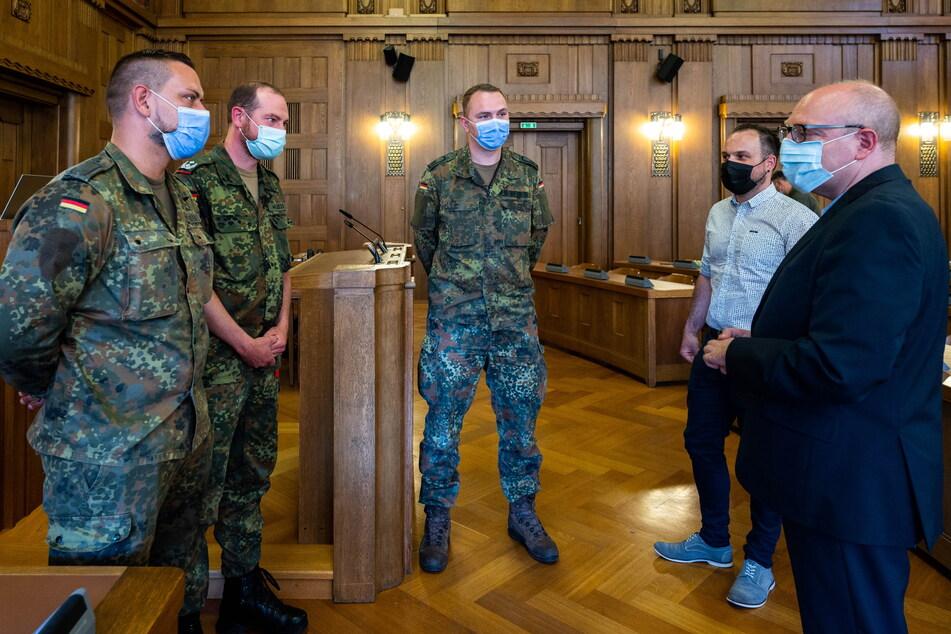 OB Sven Schulze (49, SPD) verabschiedete am Freitag Stabsunteroffizier Christ (31, v.l.), Oberstleutnant Wilhelm (45) und Hauptfeldwebel Flügel (28).