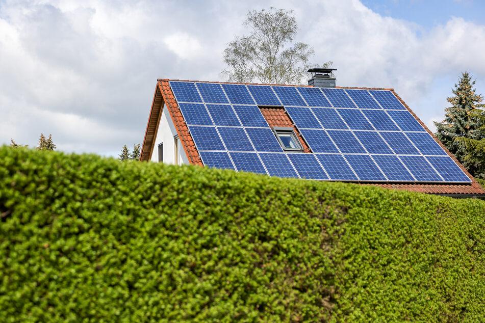 Dächer mit Solarpaneelen sind in Deutschland immer häufiger zu sehen. (Symbolbild)