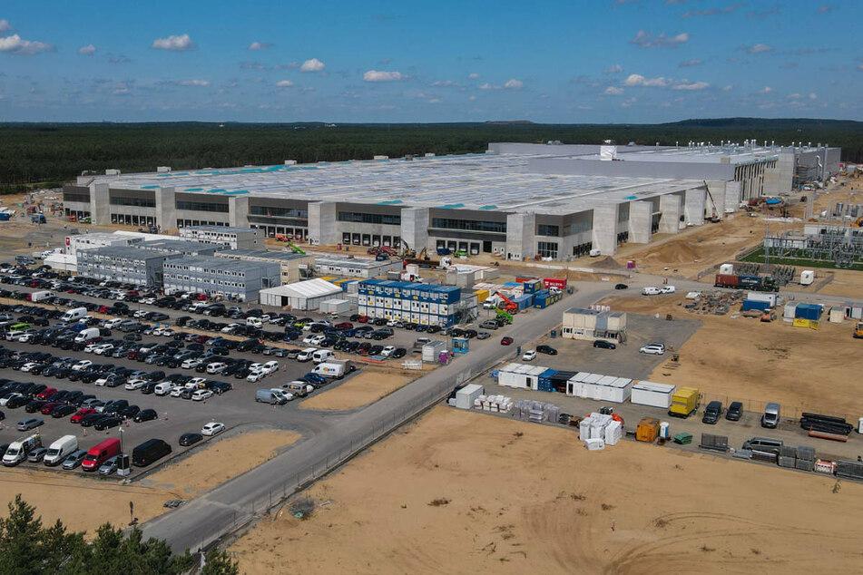 Der Bau der Tesla Gigafactory in Grünheide ist bereits weit fortgeschritten, obwohl die abschließende umweltrechtliche Genehmigung durch das Land Brandenburg noch aussteht.