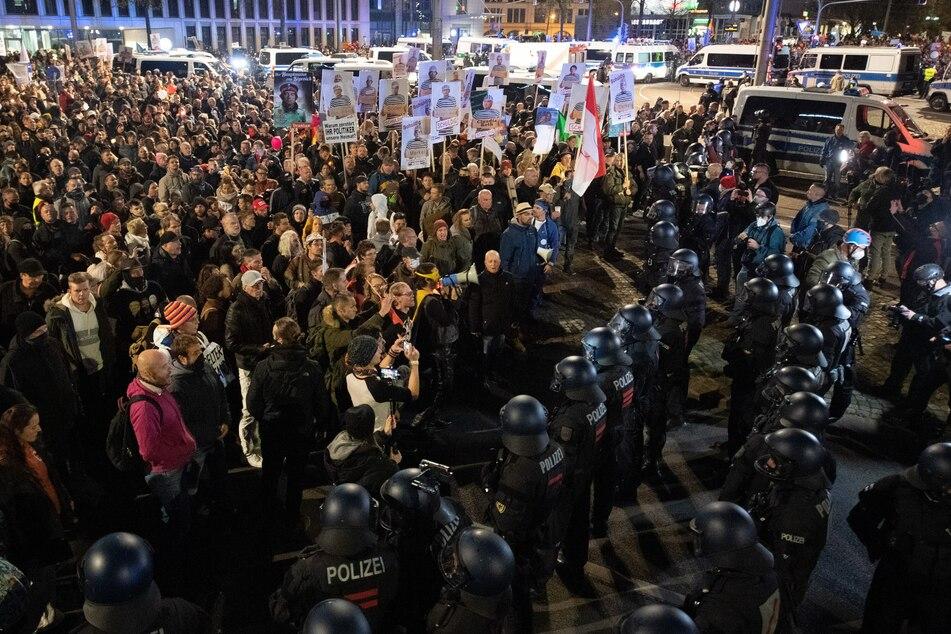 7. November 2020 in Leipzig: An der Kundgebung gegen die von Bund und Ländern beschlossenen Corona-Maßnahmen nahmen mehrere Tausend Menschen teil.