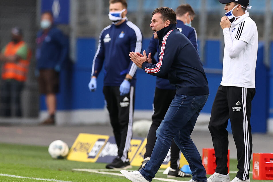 HSV-Trainer Dieter Hecking feuert seine Mannschaft an.