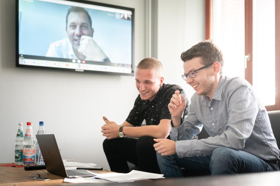 Politik-Redakteur Paul Hoffmann (28, r.) und Reporter Erik Töpfer (21) im virtuellen Gespräch mit Lars Klingbeil.