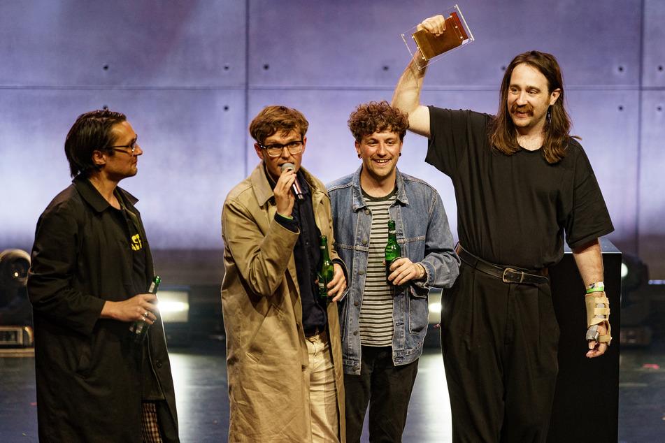 """Die Band """"Yard Act"""" steht nach dem Gewinn des Anchor-Awards beim Reeperbahn-Festival auf der Bühne des St. Pauli Theaters."""